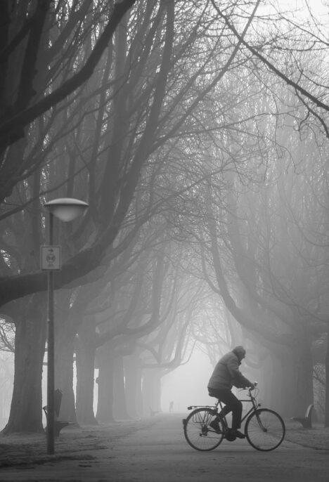 Fietser gaat de de mist in